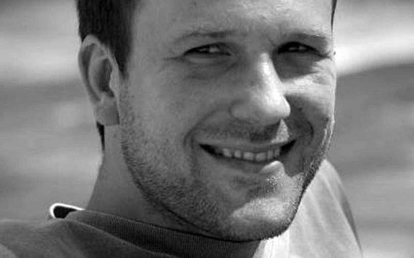 """Damian Pietrasik , autor zdjęć do filmów (""""Tulipany"""", """"Futro"""") oraz seriali (""""Na Wspólnej"""", """"M jak miłość""""), nie żyje. Zmarł tragicznie we wtorek, 26 lipca, w Jastarni. Miał 44 lata."""