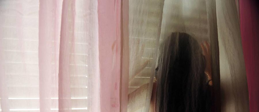 Szkocka policja poinformowała, że postawiła zarzuty seksualnego wykorzystania nieletnich 77 osobom, u których znaleziono na różnych nośnikach 30 milionów zdjęć dzieci i nastolatków w wieku od 3 do 18 lat. Łącznie potencjalnych nieletnich ofiar jest 523.