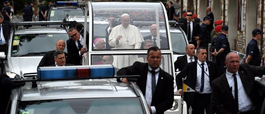 Spontaniczność i otwartość papieża były wyzwaniem dla funkcjonariuszy BOR, byliśmy jednak na to przygotowani - mówi wiceszef BOR płk Jacek Lipski. Dodaje, że podczas wizyty Franciszka w czasie Światowych Dni Młodzieży nie doszło do żadnego incydentu, który zagroziłby jego bezpieczeństwu.