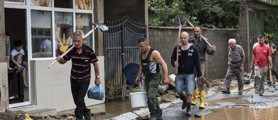 Ponad 20 osób zginęło w wyniku miejscowych gwałtownych ulew i powodzi, do których doszło w nocy z soboty na niedzielę w stolicy Macedonii, Skopje, i jej okolicach. Ponad 50 osób zostało rannych, kilka jest poszukiwanych.