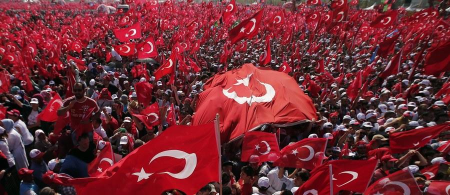 """Prezydent Turcji Recep Tayyip Erdogan przywołał w niedzielę możliwość przywrócenia kary śmierci w kraju, """"jeśli ludzie tego zechcą"""". Erdogan przemawiał do ponad miliona zebranych w Stambule na wielkiej manifestacji poparcia dla władz po niedawnej próbie puczu."""