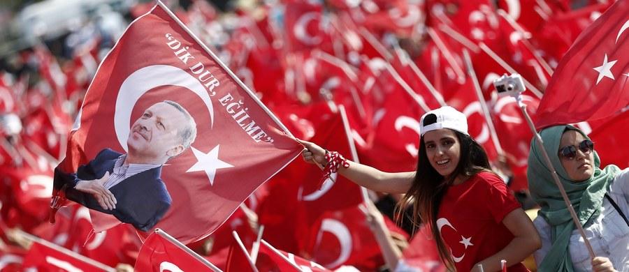 W samo południe odbędzie się spotkanie prezydentów Rosji i Turcji, Władimira Putina i Recepa Tayyipa Erdogana. Będą rozmawiać o poprawie relacji dwustronnych i wojnie w Syrii. Proces normalizacji stosunków między Rosją i Turcją trwa od ponad miesiąca. Znalazły się one w kryzysie po zestrzeleniu w listopadzie 2015 roku przez lotnictwo Turcji rosyjskiego bombowca Su-24 nad granicą turecko-syryjską. Rosja wprowadziła wówczas sankcje handlowo-gospodarcze przeciwko Turcji.