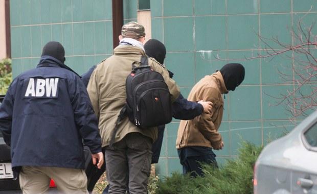 Prokuratura nie wyklucza poszerzenia zarzutów stawianych 24-letniemu Polakowi - Dawidowi Ł., podejrzanemu o działalność w organizacji terrorystycznej. Mężczyźnie grozi kara do 8 lat więzienia. Teraz przebywa w areszcie śledczym.