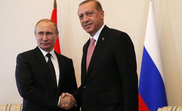 """Rosyjski prezydent Władimir Putin oświadczył, że wtorkowa wizyta prezydenta Turcji Recepa Tayyipa Erdogana w Rosji świadczy o gotowości obu liderów do """"wznowienia dialogu i stosunków rosyjsko-tureckich"""" po dziewięciu miesiącach kryzysu dyplomatycznego."""