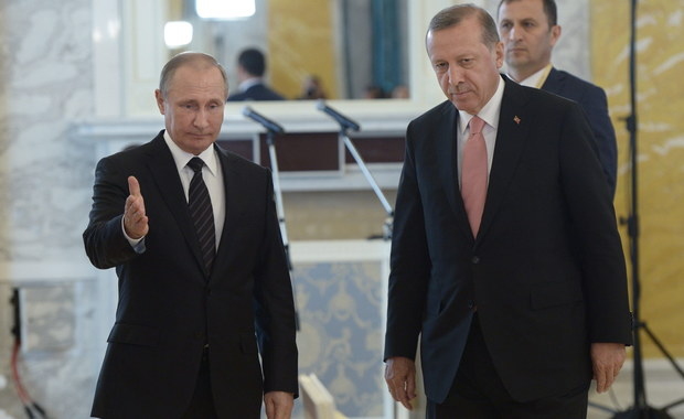 Prezydenci Rosji i Turcji, Władimir Putin i Recep Tayyip Erdogan, zapewnili o determinacji w celu odbudowy dobrych relacji między oboma krajami. Putin zapowiedział stopniowe znoszenie sankcji, a Erdogan - poparcie wspólnych projektów energetycznych.