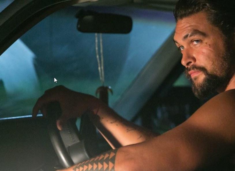 """Jason Momoa, znany z roli Khala Drogo w serialu """"Gra o tron"""", zagra główną rolę w nowej wersji kultowego thrillera """"Kruk"""". Reżyseruje twórca horroru """"Z lasu"""", Corin Hardy."""