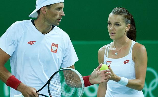 """""""Za szybko się to wszystko skończyło. Miałam znacznie większe ambicje i oczekiwania"""" – powiedziała tenisistka Agnieszka Radwańska, po tym jak w 1. rundzie miksta z Łukaszem Kubotem odpadła z turnieju olimpijskiego w Rio de Janeiro. Polscy tenisiści przegrali w 1. rundzie z Rumunami Iriną-Camelią Begu i Horią Tecau 6:4, 6:7 (1-7), 8-10. Pierwotnie spotkanie to miało się odbyć w środę, ale zostało przełożone - tak jak wszystkie pozostałe mecze miksta - na kolejny dzień z powodu deszczu."""