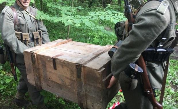 Co kryje zbocze w Kamiennej Górze na Dolnym Śląsku? Odpowiedzi na to pytanie szukają specjaliści. Dziś sprawdzili jedno z miejsc, w którym w czasie II wojny światowej miały zostać ukryte niemieckie ciężarówki. Badanie georadarem przeprowadzone wiosną wykazało, że pod ziemią mogą być pozostałości starej kopalnianej sztolni. Pierwszy wywiercony w ziemi otwór nic nie potwierdził.