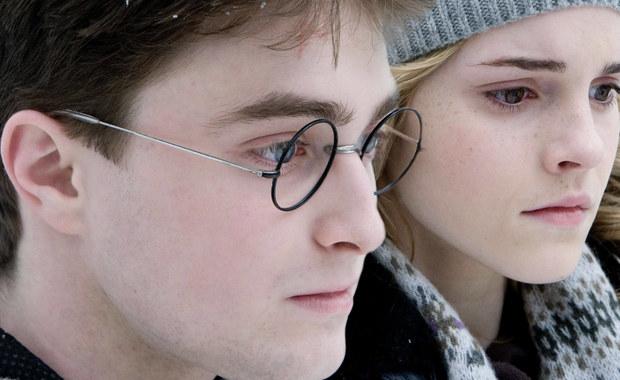 """To nie lada gratka dla fanów przygód młodego czarodzieja. Na jednej z londyńskim aukcji wystawiony zostanie egzemplarz pierwszego wydania książki """"Harry Potter i Kamień Filozoficzny"""". To jeden z pięciuset, które jako pierwsze zostały wydrukowane. Wszystkie, jak się później okazało, z błędem zecerskim, który sprawił, że dziś mają wyjątkową wartość."""