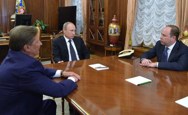 Prezydent Rosji Władimir Putin zdymisjonował w piątek szefa prezydenckiej administracji Siergieja Iwanowa. Jak komentują agencje, jest to odsunięcie od władzy jednego z najpotężniejszych ludzi w Rosji i jak dotąd bardzo bliskiego współpracownika Putina.