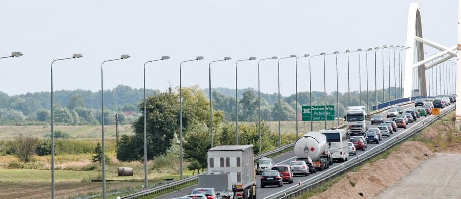 30 osób zginęło, a 389 zostało rannych w 293 wypadkach, do których doszło podczas długiego sierpniowego weekendu – podaje Komenda Główna Policji. Od piątku zatrzymano 930 nietrzeźwych kierowców.