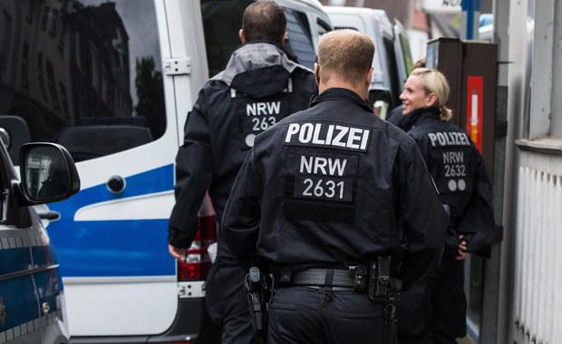 """Do bójki w centrum Kolonii w Niemczech doszło nad ranem. W jej wyniku poważnie ranny został jeden z mężczyzn. Trafił do szpitala. Niemiecka policja i prokuratura twierdzą, że incydent nie miał żadnych znamion ataku terrorystycznego. Jak podał lokalny tabloid """"Express"""" służby zatrzymały przed południem dwie osoby podejrzane o udział w zajściu. Dwie kolejne są poszukiwane. Śledztwo przejął wydział zajmujący się morderstwami."""