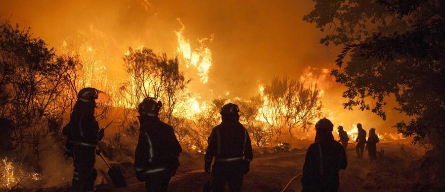 Około czterech tysięcy osób opuściło domy, by uciec przed wielkim pożarem lasu, który w ciągu weekendu strawił co najmniej 1,2 tys. ha w Kalifornii. Spłonęło kilkanaście domów i przedsiębiorstw. Pożar szaleje dalej. Walczy z nim ponad tysiąc strażaków.