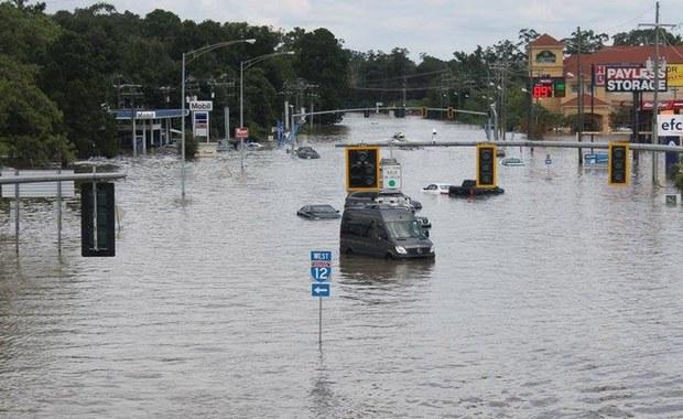 """Ulewne deszcze padające przez weekend w amerykańskim stanie Luizjana zmusiły władze do ewakuacji ponad 20 tys. mieszkańców. Opady trwają od piątku. Władze mówią o """"bezprecedensowych powodziach"""", które dotąd kosztowały życie sześć osób."""