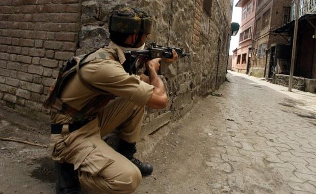 Dziewięć osób zginęło w poniedziałek w różnych miejscach indyjskiego Kaszmiru, gdzie ponownie dochodzi do starć separatystycznych rebeliantów z wojskiem i policją. W poniedziałek obchodzony był dzień niepodległości Indii.