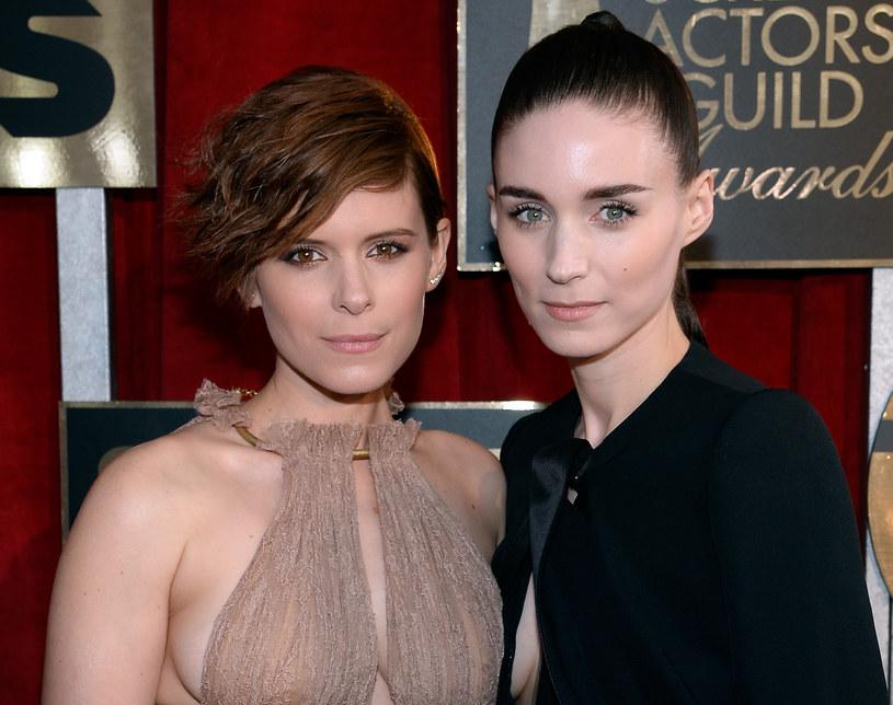 """Kate Mara, jedna z gwiazd filmu sci-fi """"Morgan"""", zaprzeczyła plotkom o rywalizacji między nią, a równie popularną siostrą - Rooney (""""Dziewczyna z tatuażem"""", """"Carol""""). """"Nie walczymy ze sobą o role"""" - zadeklarowała aktorka."""