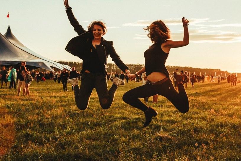 Polacy jeżdżą na festiwale, aby bawić się przy ulubionej muzyce, poznawać nowych ludzi i oderwać się od codzienności - wynika z przygotowanego przez markę Firestone raportu poświęconego uczestnikom imprez muzycznych.