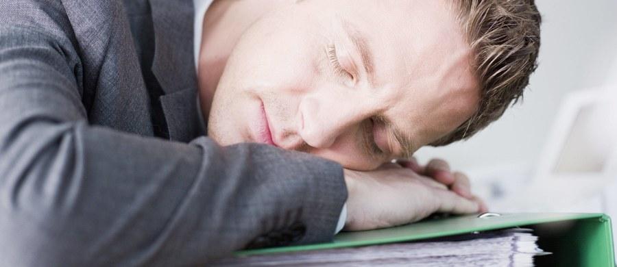 """O tym, że sen sprzyja konsolidacji pamięci i po dobrze przespanej nocy lepiej przypominamy sobie to, czego poprzedniego dnia się uczyliśmy - nie trzeba nikogo przekonywać. Naukowcy z Francji sugerują teraz coś więcej. Wyniki ich badań wskazują na to, że uczenie się tego samego materiału dobrze przerywać drzemką lub dłuższym snem. Jak piszą na łamach czasopisma """"Psychological Science"""", to ułatwia przypominanie sobie tego, czego się nauczyliśmy nawet pół roku później."""