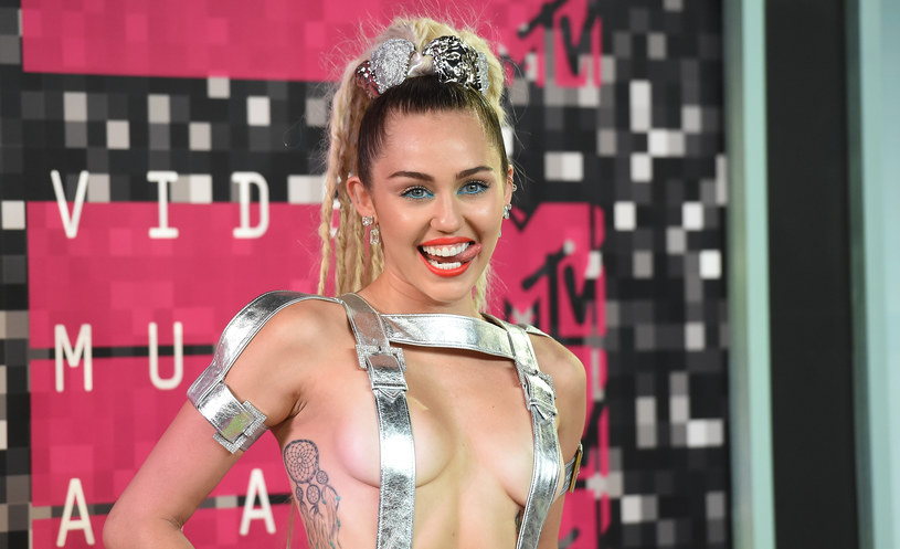 """Miley Cyrus nie zamierza złagodzić swojego wyglądu na rzecz uczestnictwa w amerykańskim """"The Voice"""". Wręcz przeciwnie, zamierza zaskakiwać publiczność coraz to ciekawszymi stylizacjami."""