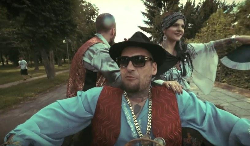 """Samozwańczy Król Albanii opublikował teledysk do kolejnego utworu nagranego we współpracy z Matheo. Zobaczcie klip """"Król cyganów""""."""