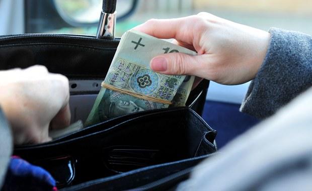 Aż 72 proc. Polaków udaje się odkładać z pensji choćby niewielkie kwoty. Mniej więcej co trzeci oszczędzający jest w stanie odłożyć miesięcznie średnio od 201 do 500 złotych. 28 proc. oszczędza bez konkretnego celu - bo po prostu to lubi. Ponad 40 proc. odkłada na wakacje. A po nich... prawie co trzeci z nas z niepokojem spogląda do portfela. By z powrotem go zapełnić, w zdecydowanej większości wracamy do oszczędzania, a także staramy się więcej pracować. Ratujemy się również różnego rodzaju pożyczkami. To tylko kilka prawd o podejściu Polaków do oszczędzania i finansów w ogóle, jakie wyłaniają się z najnowszego sondażu przeprowadzonego przez Instytut Badań Opinii RMF. Poznajcie je wszystkie!
