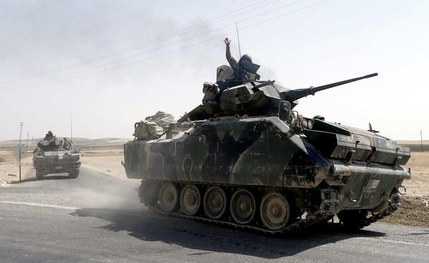 Jeden żołnierz turecki zginął, a trzech zostało rannych w ataku rakietowym na ich czołg w pobliżu syryjskiego miasta Dżarabulus - informują w sobotę tureckie źródła wojskowe. Według agencji AP to pierwsze tureckie straty podczas operacji wojskowej w Syrii.