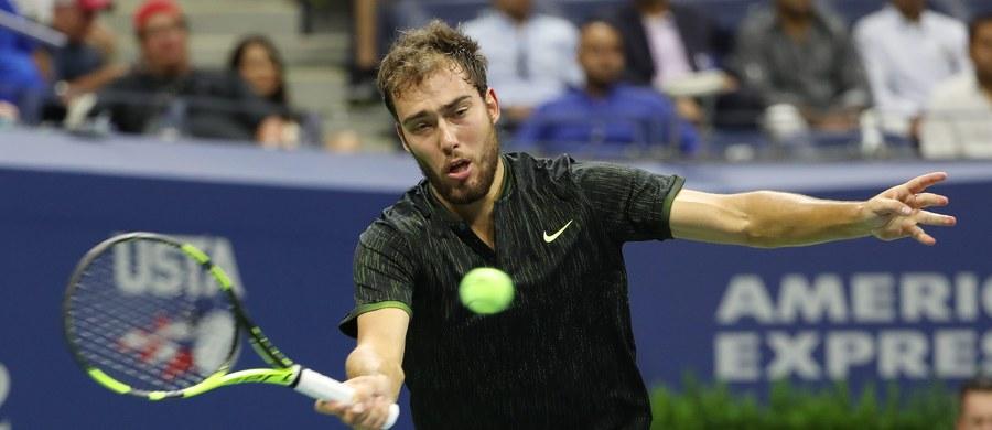 Jerzy Janowicz nie sprawił sensacji w meczu 1. rundy wielkoszlemowego US Open. Polski tenisista przegrał w Nowym Jorku z broniącym tytułu liderem rankingu ATP Serbem Novakiem Djokovicem 3:6, 7:5, 2:6, 1:6. Wcześniej porażkę w meczu otwarcia w singlu poniosła Magda Linette.