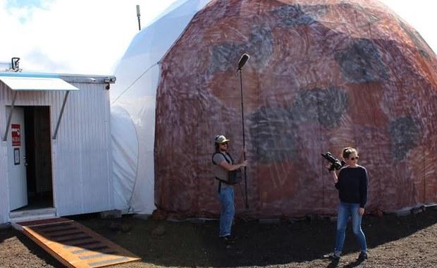 Grupa sześciu astronautów zakończyła swój 365 dniowy pobyt na Marsie. Sęk w tym, że nigdy nie opuścili nawet naszej planety. NASA właśnie zakończyło symulację pobytu na Czerwonej Planecie, mającą na celu sprawdzenie sprawności fizycznej i psychicznej astronautów w warunkach długoterminowej izolacji. Doświadczenie zostało przeprowadzone na Hawajach, w specjalnym budynku symulującym warunki panujące na Marsie, a uczestnicy eksperymentu podejmowali się wszystkich czynności, które byłyby częścią prawdziwej misji.