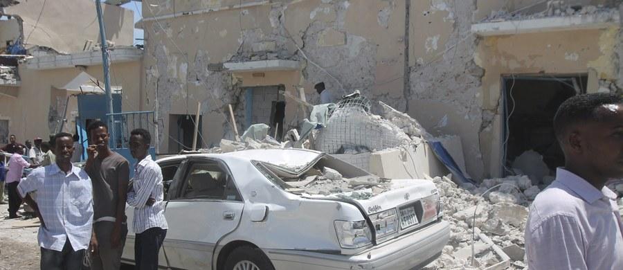 W eksplozji samochodu pułapki przed hotelem w stolicy Somalii, Mogadiszu, we wtorek zginęło co najmniej 20 osób, w większości cywilów, a 30 zostało rannych - podała agencja dpa. Do zamachu przyznała się islamistyczna grupa Al-Szabab.