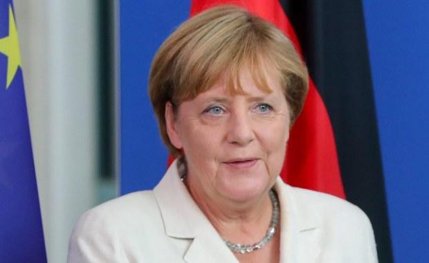 """31 sierpnia 2015 roku Angela Merkel powiedziała """"Wir schaffen das"""", co znaczy """"Damy radę"""", """"Zrobimy to"""". Zdanie wypowiedziane na konferencji prasowej w Berlinie, powtórzone później przez niemiecką kanclerz wielokrotnie, stało się symbolem. I nie tylko w Niemczech jest traktowane jako zaproszenie dla uchodźców, zapewnienie, że Europa pomoże tym, którzy uciekają przed wojną. """"Niemcy raczej nie dały rady"""" komentuje prof. Andrzej Sakson z Instytutu Zachodniego w Poznaniu. Z socjologiem, specjalistą w temacie europejskiej migracji, rozmawiał Adam Górczewski."""