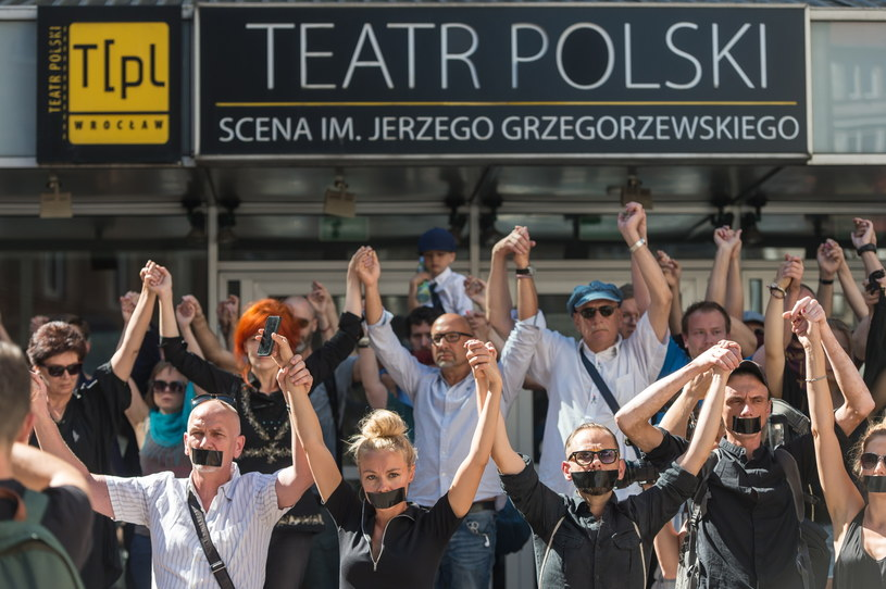 Cezary Morawski objął w czwartek stanowisko dyrektora Teatru Polskiego. Część zespołu teatru zorganizowała przed teatrem milczący protest. Przedstawiciele protestujących złożyli zawiadomienie do prokuratury ws. konkursu, w którym Morawski został wybrany na dyrektora instytucji.