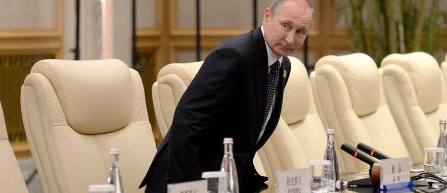 Symboliczny koniec dwuletniej izolacji Władimira Putina. Dwa lata temu był ignorowany w Australii, teraz na szczycie G20 w Chinach przeprowadził już rozmowy w cztery oczy z prezydentami Chin, Turcji, Francji i Egiptu oraz premierem Wielkiej Brytanii i kanclerz Niemiec.