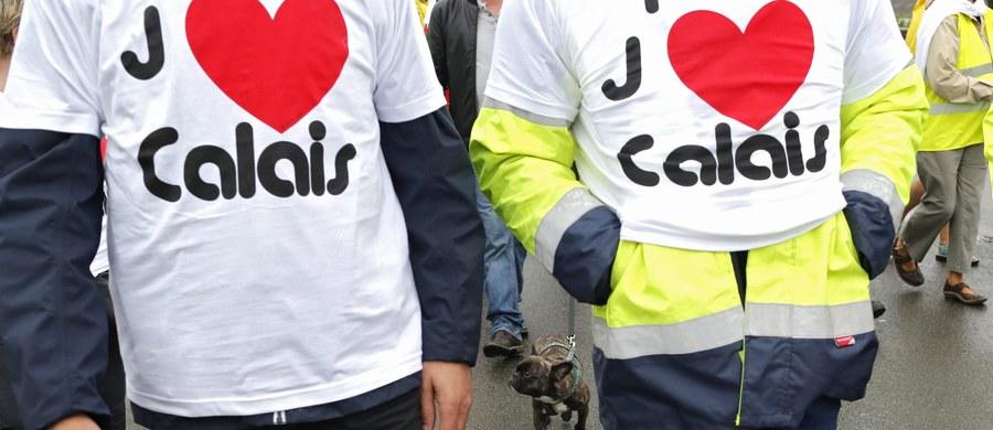 """Spektakularna akcja protestacyjna kierowców ciężarówek, policyjnych związkowców, handlowców, pracowników portu, rolników i organizacji mieszkańców w Calais we Francji! Wszyscy żądają tam jak najszybszej likwidacji wielkiego obozowiska afrykańskich i bliskowschodnich imigrantów zwanego """"Nową Dżunglą"""". Ponad ćwierć tysiąca ciężarówek, traktorów i samochodów osobowych zablokowało częściowo autostradę koło Calais."""