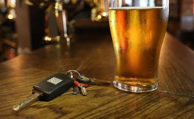 Zastępca komendanta Powiatowej Komendy Państwowej Straży Pożarnej z Opoczna został zatrzymany po spowodowaniu kolizji drogowej - dowiedział się reporter RMF FM. Policja podejrzewa, że mężczyzna kierując służbowym samochodem był pod wpływem alkoholu.