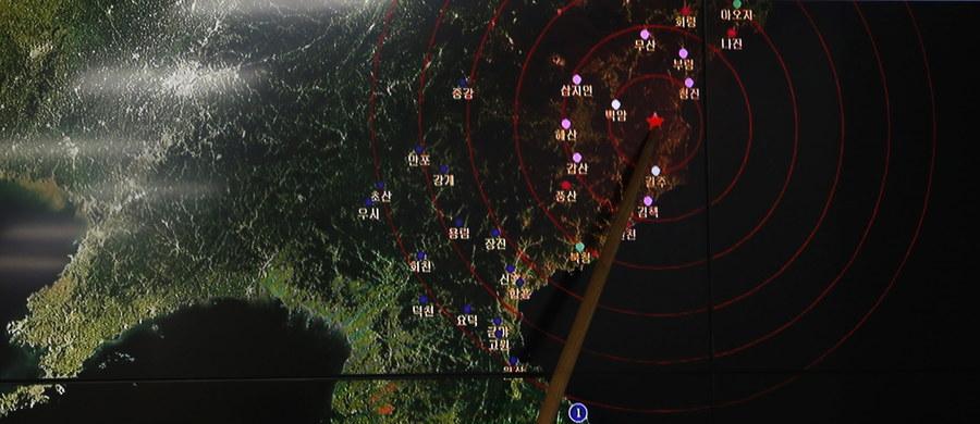 Korea Północna zakończyła prace przygotowawcze przed kolejną próbą jądrową, którą zamierza przeprowadzić w najbliższym czasie - poinformowała południowokoreańska agencja Yonhap, powołując się na źródła rządowe. Rzecznik resortu obrony Korei Południowej Moon Sang-gyun podał natomiast podczas konferencji prasowej, że Pjongjang zamierza wykorzystać przy testowaniu broni jądrowej specjalny, wydrążony w górach tunel, który może być użyty w dowolnym momencie.
