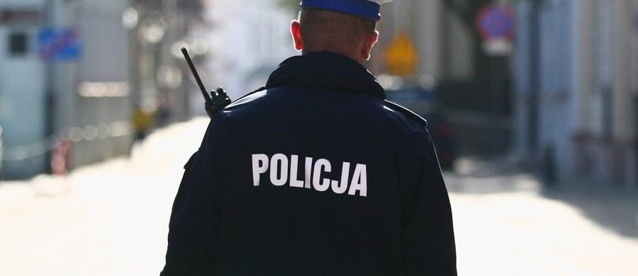 Nietypowa kradzież w Świnoujściu. Mężczyzna wszedł do banku, powiedział, że jest policjantem i zażądał wydania gotówki. Pracownicy banku przekazali złodziejowi 200 tys. złotych.