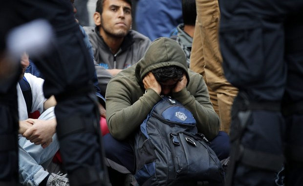 """Szef MSW Bawarii Joachim Herrmann zarzucił Federalnemu Urzędowi Migracji i Uchodźców (BAMF), że z powodu błędów przy kontroli dokumentów imigrantów ubiegających się o azyl dopuścił do wjazdu do kraju osób z podrobionymi paszportami, co zagraża bezpieczeństwu. """"Wobec aktualnych zagrożeń taka sytuacja jest nie do pogodzenia z bezpieczeństwem kraju"""" - powiedział Herrmann w stacji radiowo-telewizyjnej RBB."""