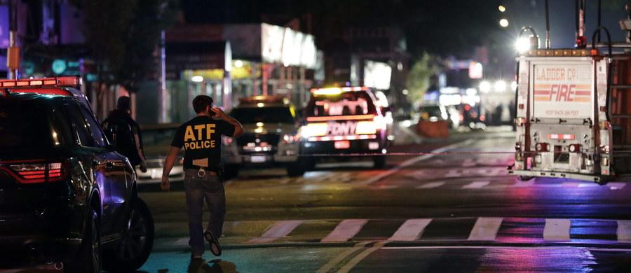 Policyjna akcja i potężny wybuch w pobliżu stacji kolejowej w Elizabeth w stanie New Jersey. W koszu na śmieci znaleziono tam plecak, w którym mogło znajdować się nawet pięć urządzeń wybuchowych. Jak podał burmistrz Elizabeth Christian Bollwage, paczkę znaleźli dwaj mężczyźni, którzy przeszukiwali odpadki. Zobaczyli kable i rurkę - i zaalarmowali służby.