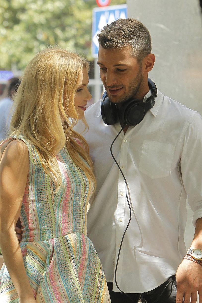 """Leszek Stanek jest przekonany, że mężczyznę i kobietę może łączyć przyjaźń. On sam od dziesięciu lat przyjaźni się z Izą Miko mimo dzielącej ich odległości. Jest wdzięczny aktorce za to, że wybrała go na swojego partnera w programie """"Azja Express"""". Jego zdaniem stworzyli idealny, świetnie się uzupełniający duet, a ekstremalna podróż tylko umocniła ich przyjaźń."""