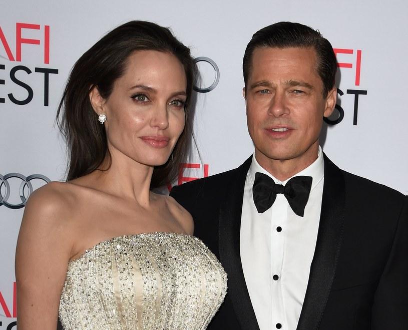 """Angelina Jolie złożyła w poniedziałek, 19 września, w sądzie papiery rozwodowe. Aktorka chce rozstać się z Bradem Pittem - w dokumentach powołała się na """"różnice nie do pogodzenia""""."""