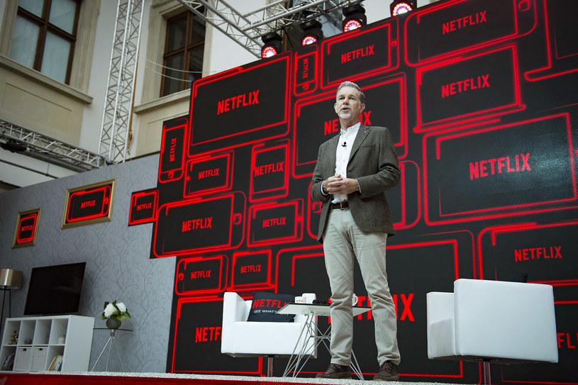 Netflix, jeden z największych na świecie internetowych serwisów telewizyjnych, dostępny jest już po polsku. Reed Hasting, współzałożyciel i dyrektor generalny Netflixa odwiedził w środę, 21 września, Warszawę. Na specjalnej konferencji poinformował, że do serwisu trafią tez polskie filmy i seriale.