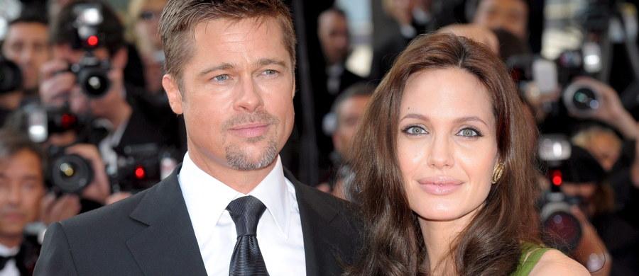 Najsłynniejszą parę Hollywood rozwiedzie Laura Wasser. Specjalizuje się w rozwodach gwiazd, bierze 850 dolarów za godzinę. Nie reprezentuje klientów, którzy na swoim koncie nie mają co najmniej 10 milionów dolarów. Co stanie się z wielkim majątkiem Brada Pitta i Angeliny Jolie po ich rozstaniu? Łącznie posiadają prawie 500 milionów dolarów i kilka domów na całym świecie. Nieznane są losy ich dzieci - Angelina chce uzyskać pełną opiekę rodzicielską nad sześciorgiem pociech, Brad miałby tylko prawa do wizyt. Ten rozwód przykuwa uwagę całego świata.