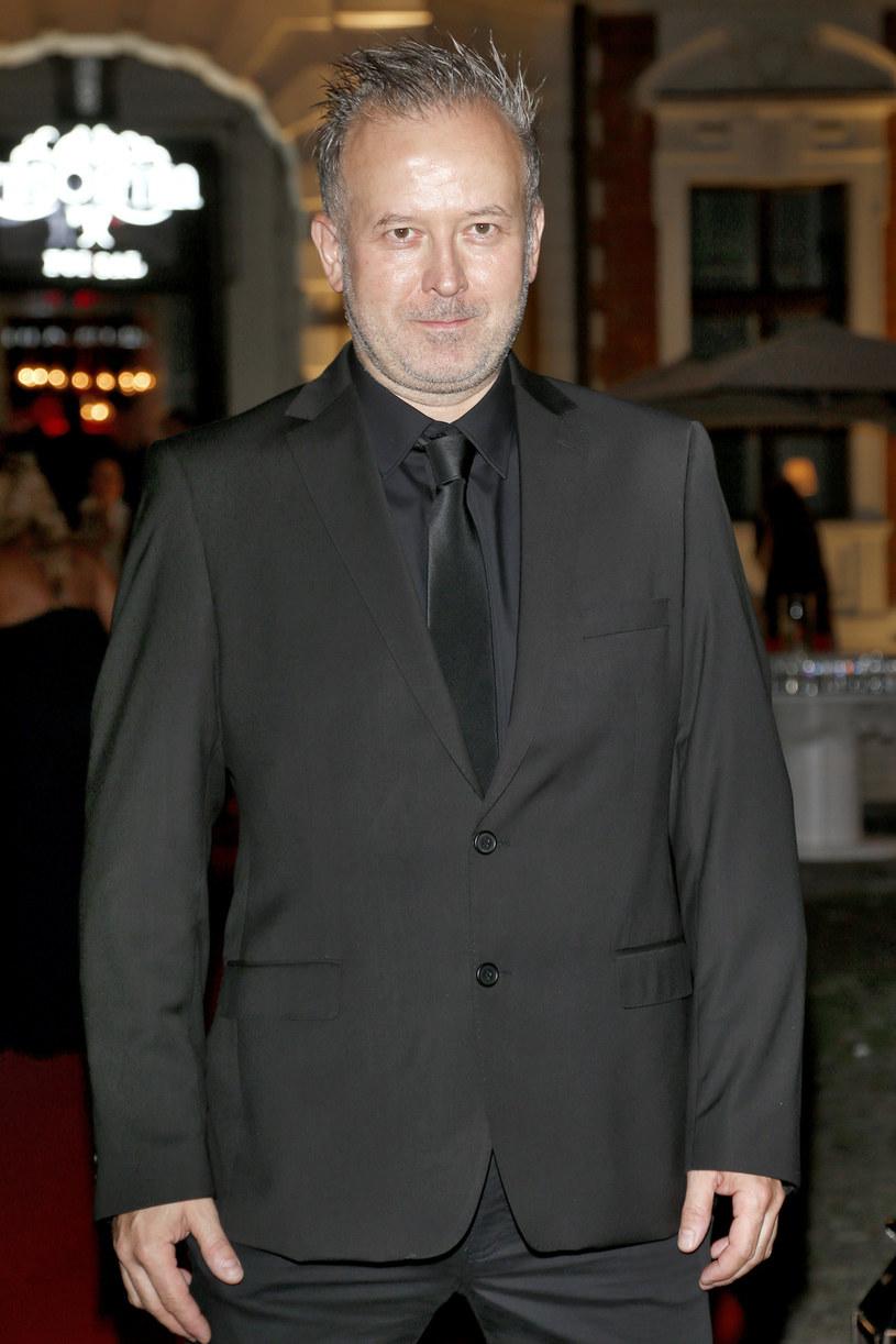 """Michał Bryś obawiał się, że nie odnajdzie się w roli prowadzącego """"Hell's Kitchen"""". Błyskawicznie poczuł się jednak na planie programu jak u siebie w domu. Uważa, że z legendarnym gospodarzem brytyjskiej edycji programu, Gordonem Ramsayem, łączy go energiczna osobowość."""