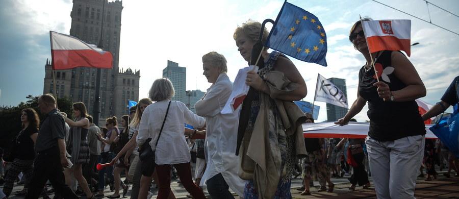 To będzie bardzo trudny weekend na kierowców w Warszawie. sobotę odbędzie się manifestacja pracowników służby zdrowia, marsz KOD-u i Błękitny Marsz Pokoju, natomiast w niedzielę na ulice Warszawy wybiegną uczestnicy maratonu.