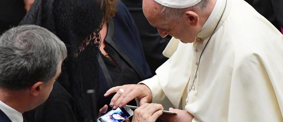 Papież Franciszek spotkał się w Watykanie z rodzinami ofiar zamachu terrorystycznego w Nicei, do którego doszło 14 lipca. Zginęło 86 osób. Apelował, by nie odpowiadać nienawiścią na nienawiść i przemocą na przemoc.