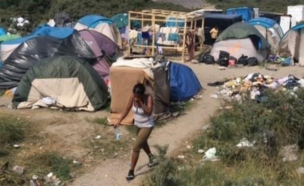 """Francuski prezydent Francois Hollande zapowiedział w sobotę, że kilka tysięcy migrantów żyjących w Calais zostanie przeniesionych do ośrodków w całym kraju. """"Francja nie będzie krajem obozów"""" - oświadczył. Obozowisko w Calais nazywane jest """"dżunglą""""."""