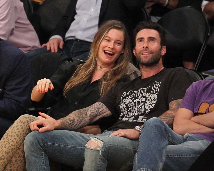 1,3 mln polubień na profilu Adama Levine'a na Instagramie zebrało jego zdjęcie z córką Dusty Rose. To pierwsza pokazana w mediach fotografia pierwszego dziecka lidera Maroon 5 i jego żony Behati Prinsloo.