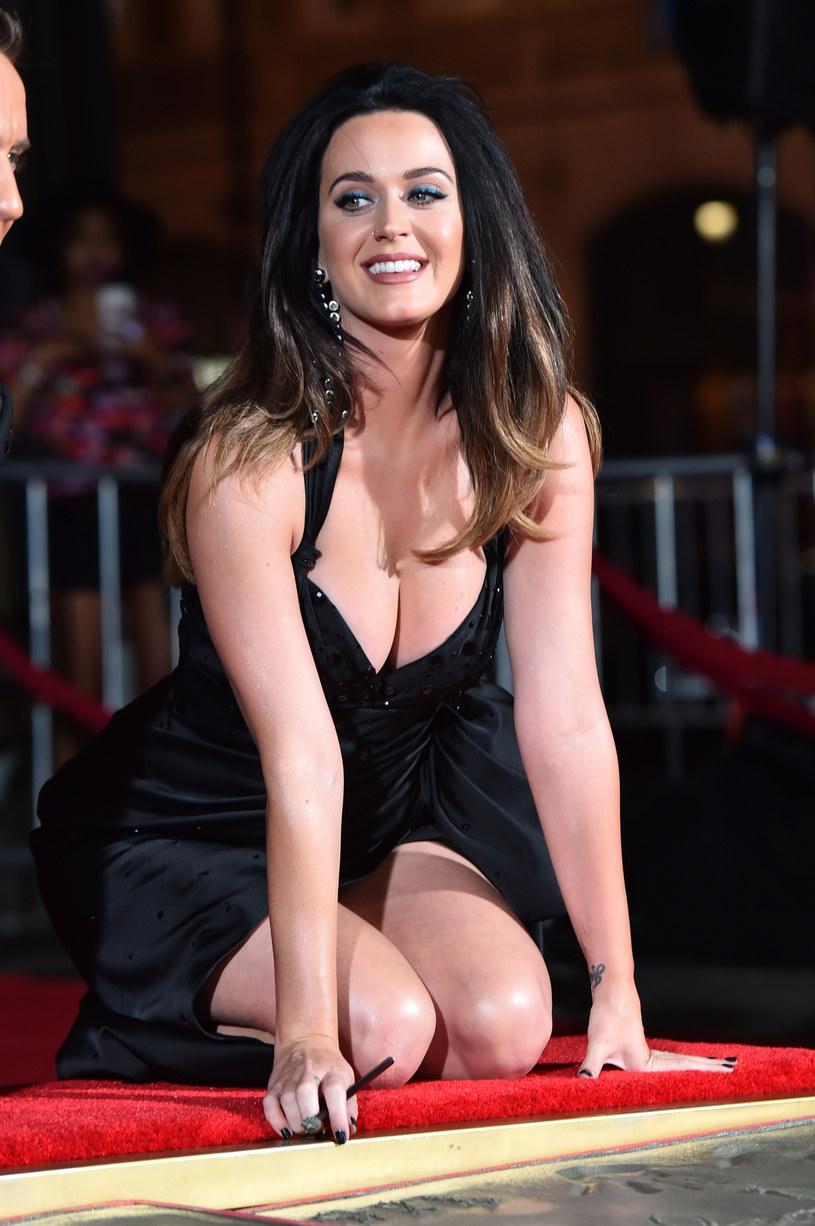 Katy Perry, która od początku amerykańskiej kampanii prezydenckiej wspiera Hillary Clinton, wzięła udział w specjalnym skeczu, w którym idzie nago na wybory, a następnie trafia za to do aresztu.