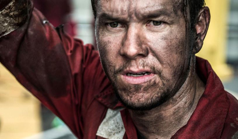 Gdy w kwietniu 2010 roku doszło do tragicznej w skutkach eksplozji platformy wiertniczej Deepwater Horizon w Zatoce Meksykańskiej, wydarzeniem tym żył cały świat. Nie bez powodu - wybuch doprowadził do największej w historii Stanów Zjednoczonych katastrofy ekologicznej, kosztował życie 11 pracowników i ranił 17 innych. Reżyser Peter Berg wraca do pamiętnego dnia, by ukazać przyczyny i przebieg tragedii; w swoim filmie nie daje zaś widzom ani grama taryfy ulgowej.