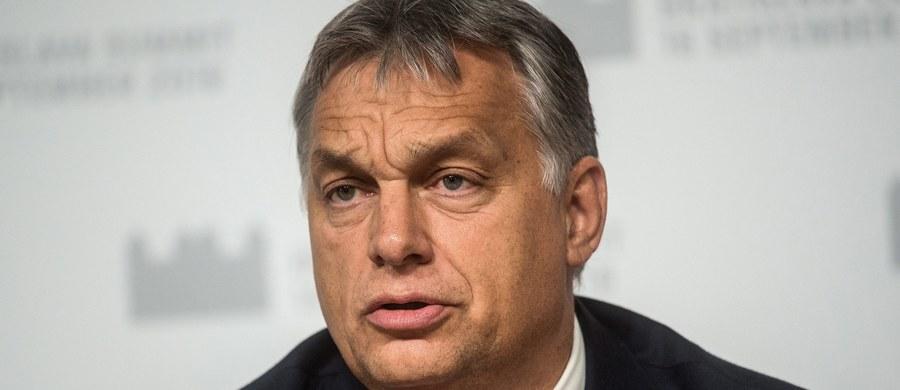 Premier Węgier Viktor Orban zaapelował do Węgrów o udział w niedzielnym referendum ws. obowiązkowych kwot relokacji uchodźców. Ostrzegł też, że UE stoi na rozstajach między odnowieniem i rozpadem.